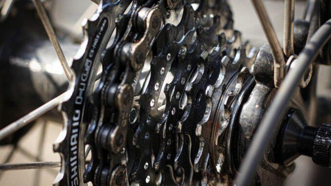 Fahrradmonteur miss Zahnrad überprüfen