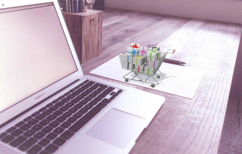 Projektmanager E-Commerce bei der Arbeit