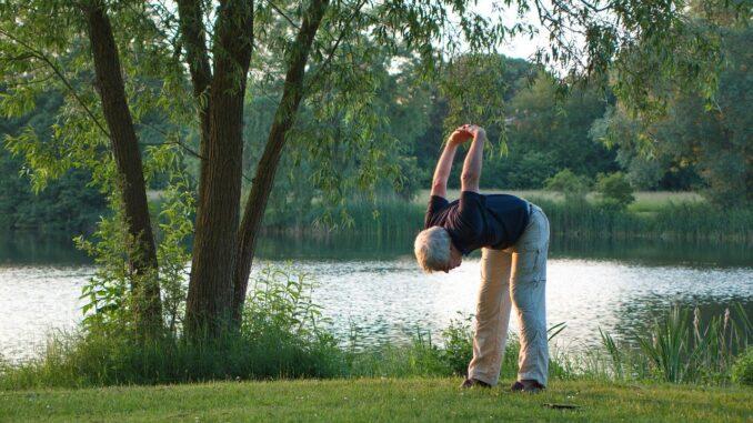 senior beim yoga